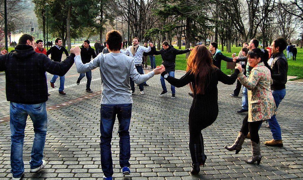 Fördelar och nackdelar med folkdans och annan dans